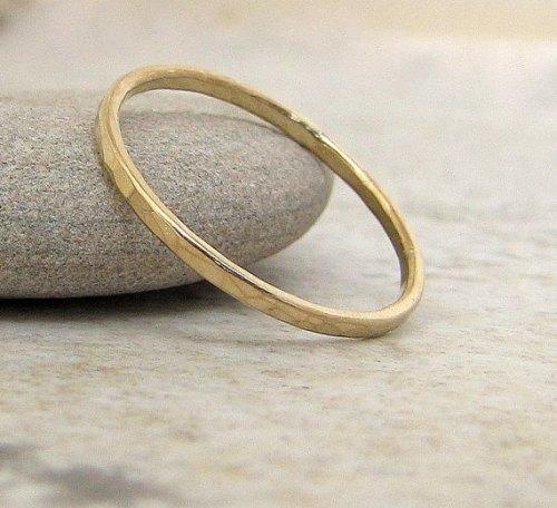 london-jewellery-school-blog-jewellery-trends-slim-gold-hammered-wedding-band